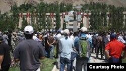 Акция протеста против убийства неформального лидера Горно-Бадахшанской автономной области Имомназара Имомназарова. Хорог, 22 августа 2012 года.