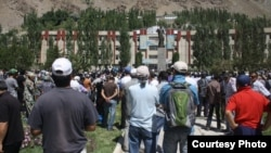 Khorugh residents at a central square on August 22 protest reports of the Tajik authorities' killing of former rebel field commander Imomnazar Imomnazarov.