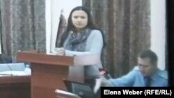 Камилла Пиралиева (слева), подсудимая по делу бывшего премьер-министра Серика Ахметова, в суде. Караганда, 9 ноября 2015 года.