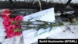 Квіти під посольством Росії в Києві, 19 березня 2016 року