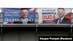 На предвыборных плакатах действующий президент Анджей Дуда (справа) и мэр Варшавы Рафал Тшасковский.
