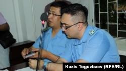 Поддерживающие государственное обвинение в деле Искандера Еримбетова прокуроры Еркин Баймагамбетов и Тимур Шамои (справа). Алматы, 14 июня 2018 года.