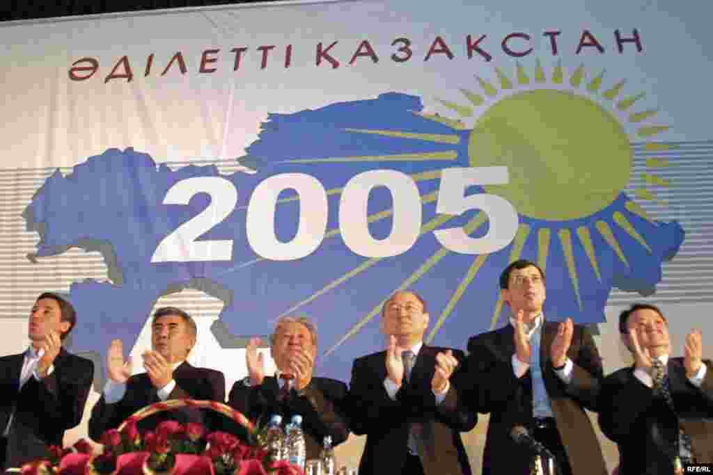 «Әділетті Қазақтан»қозғалысының алғашқы құрылтайы. Алтынбек Сәрсенбайұлы оң жақтан үшінші тұр. Алматы, 2005 жыл.
