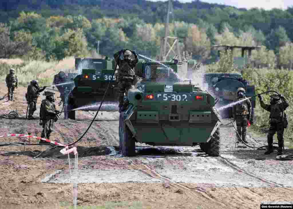 Українські військовослужбовці відпрацьовують прийоми дезактивації техніки під час спільних з НАТО військових навчаннях Rapid Trident 2017, Львівська область, 15 вересня 2017 року