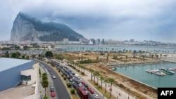 Очередь из автомобилей ожидает на пограничном переходе между Испанией и Гибралтаром