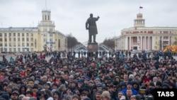 Мітинг у центрі російського Кемерова, де у пожежі в торгово-розважальному центрі загинули, за офіційними даними, понад 60 людей, 27 березня 2018 року