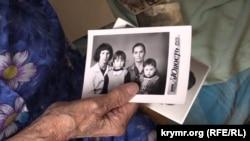 Свідок депортації, кримська татарка Сафіє Челко, що нині мешкає у Новоолексіївці Херсонської області, показує фото своєї родини