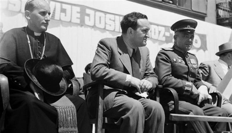 Nadbiskup Alojz Stepinac snimljen nakon oslobodjenja Zagreba, 1945. godine, na tribini pored partijskog funkcionera Vladimira Bakaraića i neimenovanog ruskog geneala