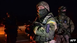 Disa ushtarë ukrainasë duke qëndruar afër një zona shkëmbimi të të burgosurve më 2014, foto nga arkivi Ukraine -- Ukrainian soldiers stand during a prisoner exchange between Ukraine and pro-Russian rebels, Yasinovataya, 26Dec2014