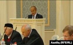 Татарстанның фән һәм мәгариф министры Энгель Фәттахов чыгыш ясый