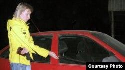 Айдос Садықовтың адвокаты Татьяна Лазарева біреулер бүлдіріп кеткен көлігінің жанында тұр. Ақтөбе, 27 қазан 2010 жыл.