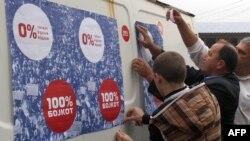 Постеры с призывом бойкотировать выборы в Косово в городе Звечан. 9 октября 2013 г.