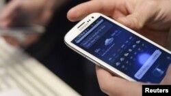 Самартфон в руках человека. Иллюстративное фото.