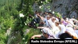 Bacanje ruža za žrtve, Korićanske stijene, 21. avgust 2010, Fotografije uz test Boris Miljević