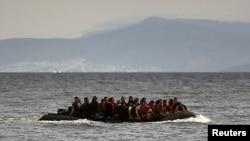 Лодка с мигрантами недалеко от берегов греческого острова Кос. 27 мая 2015 года. Иллюстративное фото.