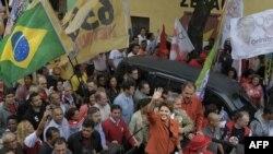 لولا داسیلوا و جیوما هوسف، نامزد مورد حمایت وی در انتخابات ریاست جمهوری برزیل، در میان هوادارانشان در سائوپائولو