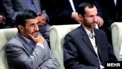 حمید بقایی (راست) در کنار محمود احمدینژاد