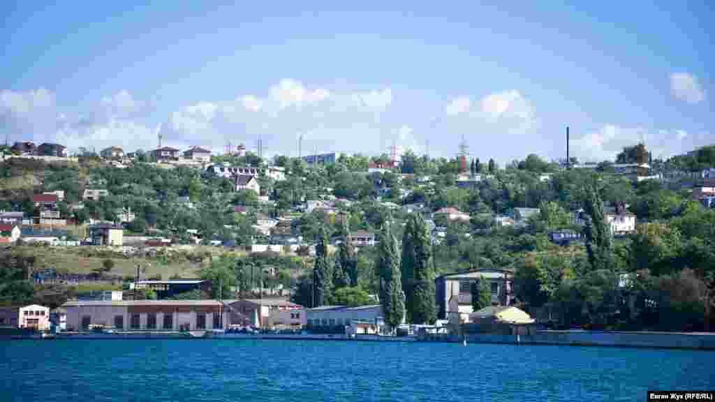 Троицкая бухта, наверху – микрорайон улицы Жидилова, который еще называют«Абрикосовкой»