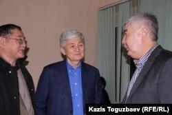 Головний редактор газети «Жас Алаш» Рисбек Сарсенбаєв; опозиційні політики Толеген Жука і Аміржан Косанов. Алмати, 24 грудня 2014 року