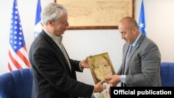 Kryeministri i Kosovës, Ramush Haradinaj, gjatë takimit me kryetarin e qytetit Des Moines të Ajoas, Frank Cownie.