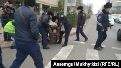 Полицейские проводят задержания на месте, которое запрещенное в стране движение ДВК указало как точку проведения протеста. Нур-Султан, 26 октября 2019 года.