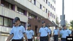 پلیس در حال گشت در اطراف دادگاه قانون اساسی ترکیه. (عکس از EPA)