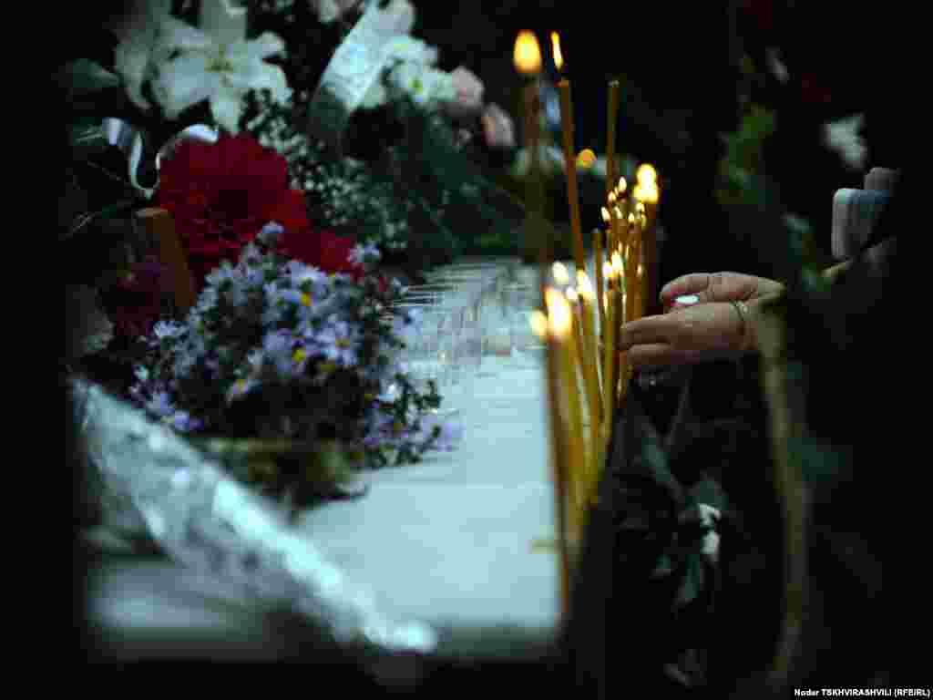 დაღპულთა საპატივცემულოდ სანთლები დაანთეს.