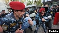 Ոստիկանները Մաշտոցի պողոտայից բերման են ենթարկում քաղաքացիներին, 5-ը նոյեմբերի, 2013