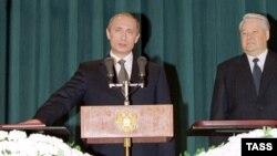 Уладзімер Пуцін (зьлева) прымае прысягу падчас цырымоніі інаўгурацыі, побач - Барыс Ельцын