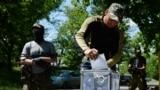 Проросійські бойовики голосують на незаконному референдумі у Слов'янську. 11 травня 2014 рік