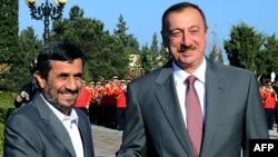 Arxiv foto: Azərbaycan prezidenti İlham Əliyev (sağda) iranlı həmkarı Mahmud Ahmadinejad-ı Bakıda qarşılayarkən. 17 noyabr 2010-cu il.