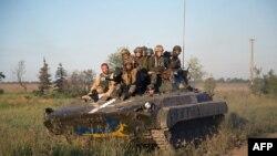 Pjesëtarë të ushtrisë së Ukrainës afër aeroportit në Donjeck në pjesën lindore të Ukrainës
