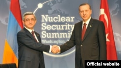 U.S. - President Serzh Sarkisian (L) meets with Turkish Prime Minister Recep Tayyip Erdogan in Washington, 12Apr2010
