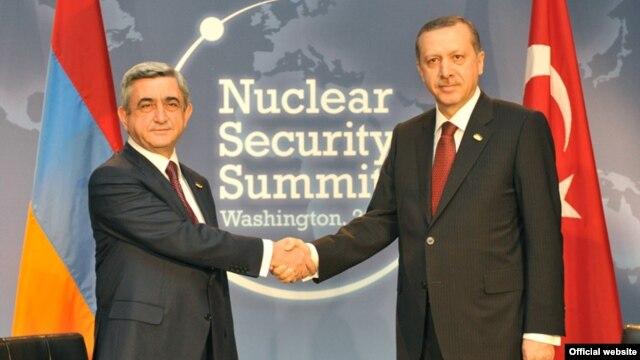 U.S. - President Serzh Sarkisian (L) meets with Turkish Prime Minister Recep Tayyip Erdogan in Washington, 12Apr2010