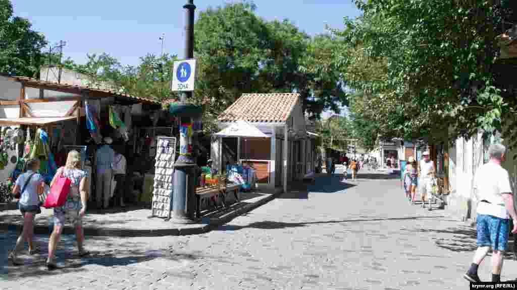 Туристы любят гулять по мощеным улицам Старого города