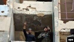 Сотрудники правительственных сил Сирии в районе Масакен-Ханано в сирийском городе Алеппо. 27 ноября в 2016 года.