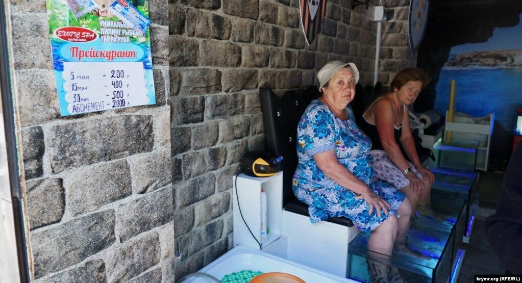 Некоторые приезжие пенсионеры помалу приобщаются к диковинному пилингу рыбками