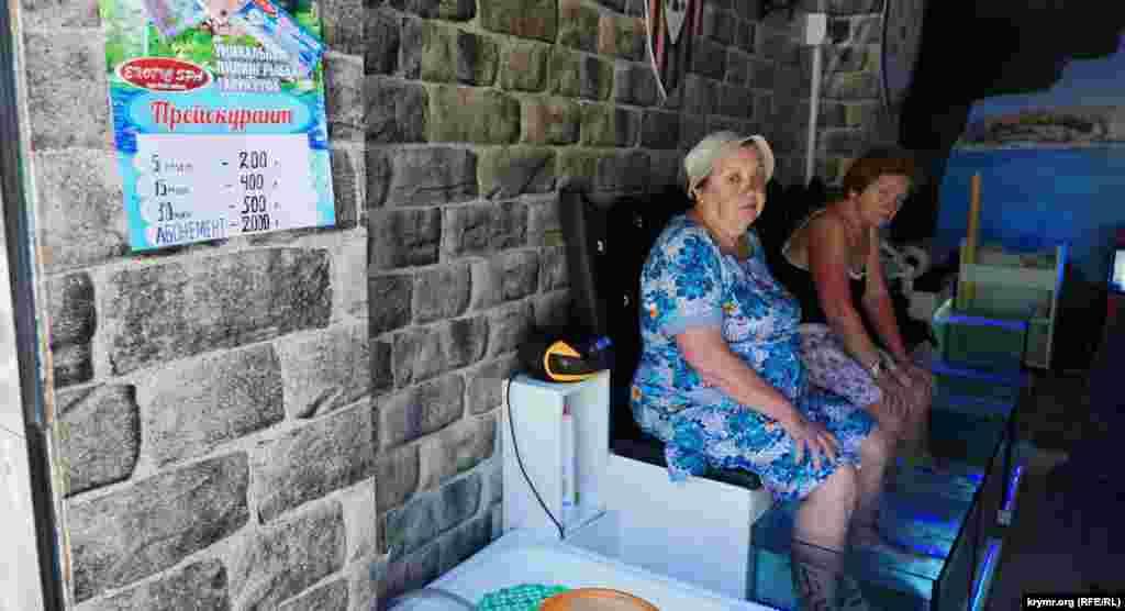 Деякі приїжджі пенсіонери помалу долучаються до чудернацького пілінгу рибками