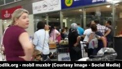 Авиапассажиры стоят в очереди в международном аэропорту Ташкента.