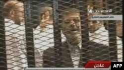 Mohammad Morsi suduň zalynda. 4-nji noýabr, 2013 ý. Kair, Müsür.