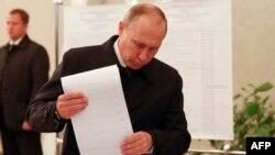 Владимир Путин голосует на выборах в Госдуму, 18 сентября 2016 года
