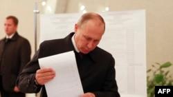Владимир Путин, раиси ҷумҳури Русия ҳангоми раъйдиҳӣ дар Маскав.