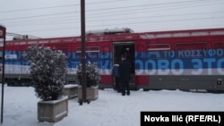 """Поезд с надписью: """"Косово - это Сербия""""."""