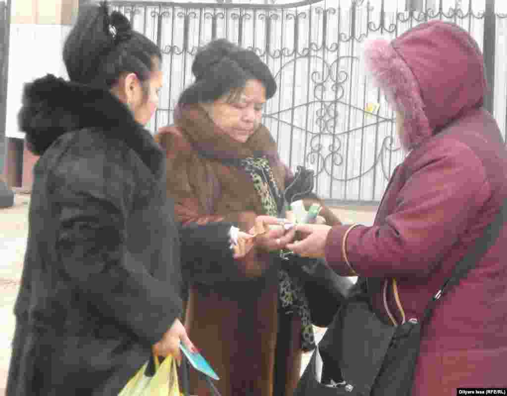 """Продавец валютой обменивает узбекские сумы на тенге. На границе продавцы выкрикивают: """"Есть сумы, тенге""""."""