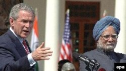 جرج بوش در کنار مانموهان سینگ نخست وزیر هند در حیدرآباد