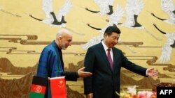 Президент Афганистана Хамид Карзай (слева) и президент Китая Си Цзиньпин. Пекин, 27 сентября 2013 года.