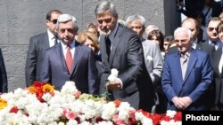 Armena - Armenian President Serzh Sarkisian, U.S. actor George Clooney and French-Armenian singer Charles Aznavour attend a remembrance ceremony at the Armenian Genocide Memorial in Yerevan, 24Apr2016.