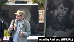 Mehman Hüseynov həbsindən əvvəl 2005-ci ilin martında qətlə yetrilmiş jurnalist Elmar Hüseynovun məzarı yanında, 2 mart 2017