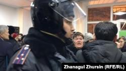 Сот залында тұрған полиция өкілі. Ақтөбе, 3 қаңтар 2019 жыл