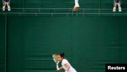 Казахстанская теннисистка Зарина Дияс на корте Уимблдона.